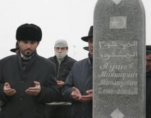 Maksharip Aushev'in mezar taşı